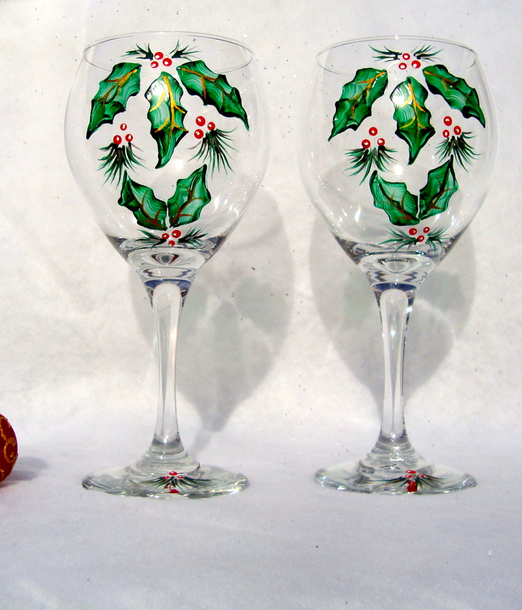 Christmas painted wine glasses with holly on luulla for Hand painted wine glass christmas designs